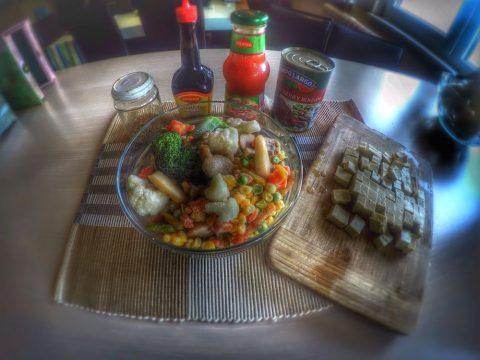 Тофу със задушени зеленчуци и червен боб
